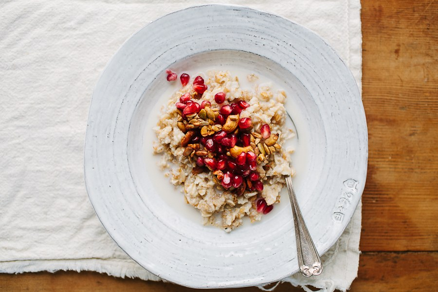 멀티 그레인 Hot Cereal with Pomegranate Seeds and Spiced Pepita and Cashew Crunch