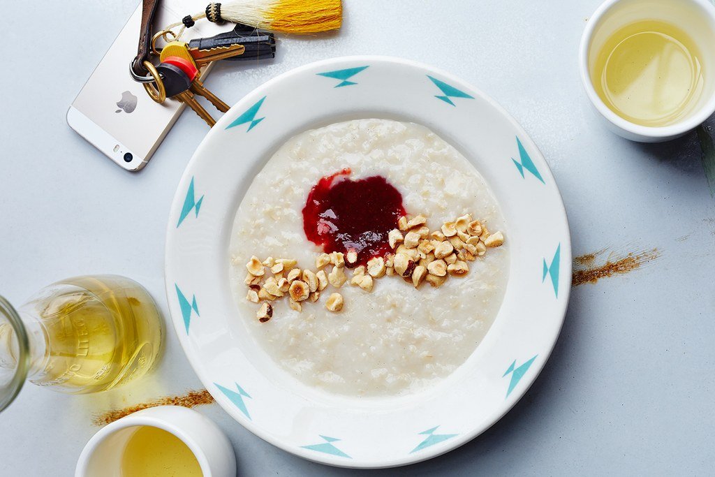 갈색 Rice Porridge with Hazelnuts and Jam