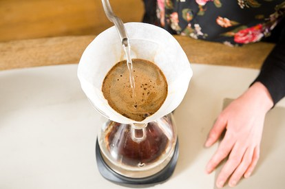 pour-over-coffee-gooseneck-ketel-chemex