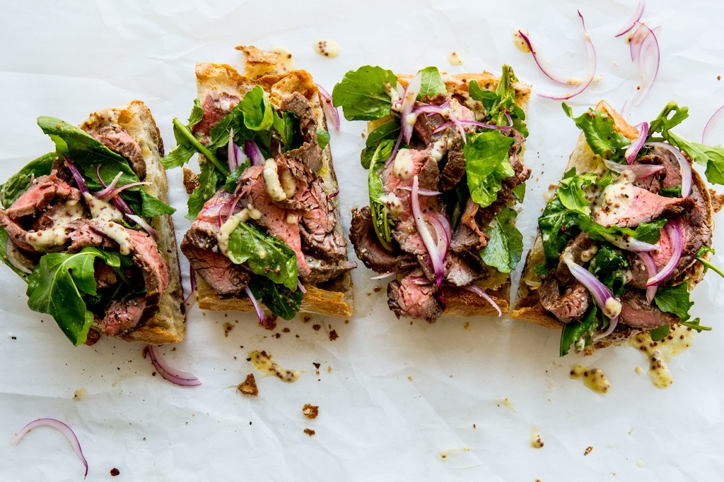 Open gezicht Steak Sandwich with Parmesan Dressing