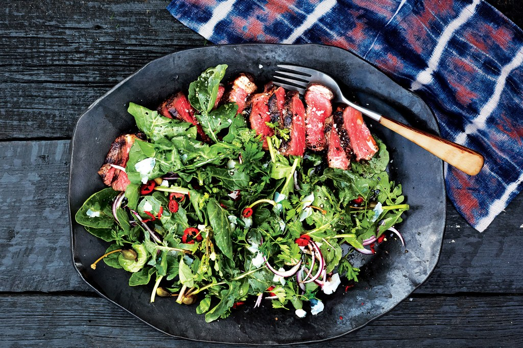 Gesneden Strip Steak with Arugula and Parsley