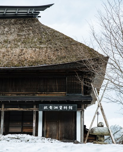 japan-snow-falling-on-soba-tradizionale-casa