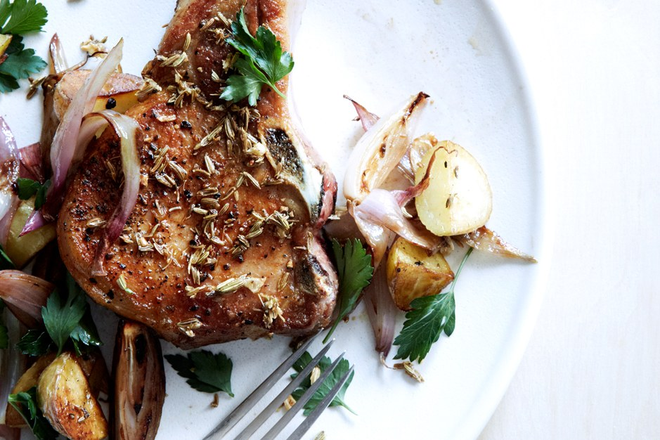 フェンネルクラスト Pork Chops with Potatoes and Shallots