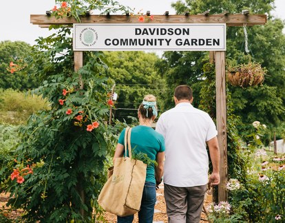 ケイティ and Joe Kindred visit the Davidson Community Garden