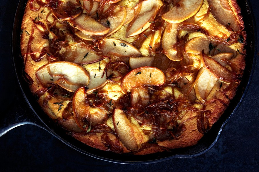 خبز الذرة with Caramelized Apples and Onions