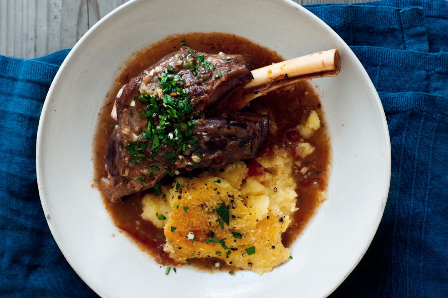 مطهو ببطء Lamb Shanks with Gremolata and Baked Polenta