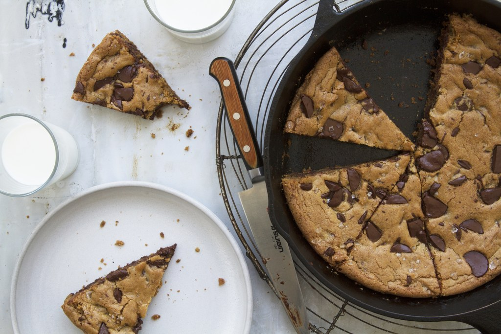 عملاق Chocolate Chip Skillet Cookie